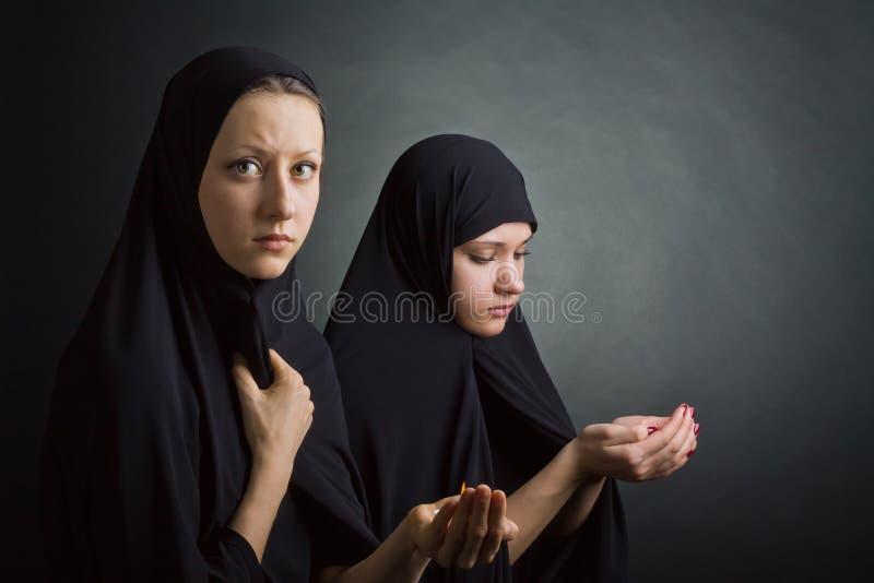 Zwei Frauen beten lizenzfreie stockfotografie