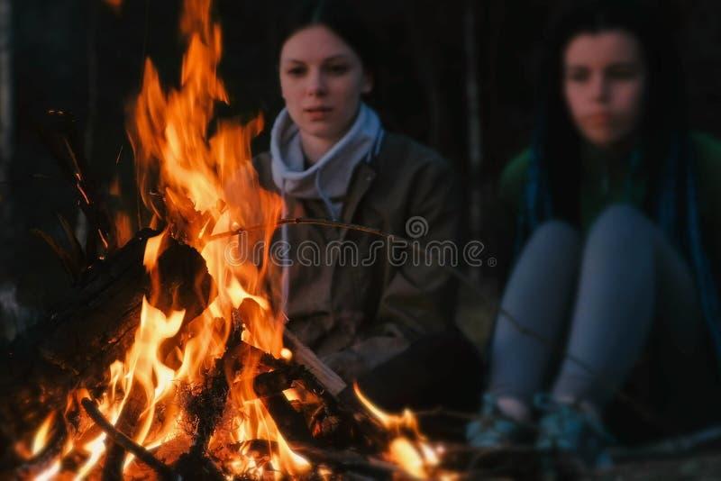 Zwei Frauen betrachten das Feuer an einem Sommerabend Familienurlaubwochenende stockbild
