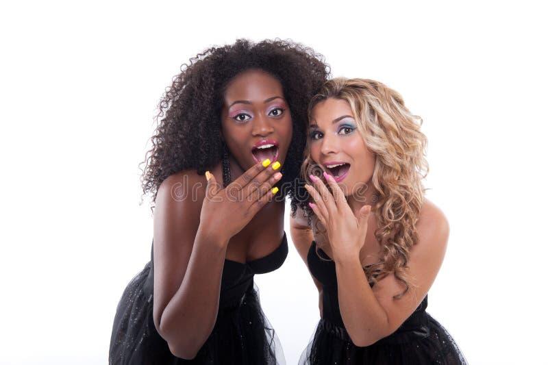 Zwei Frauen in den schwarzen Kleidern lizenzfreie stockfotografie
