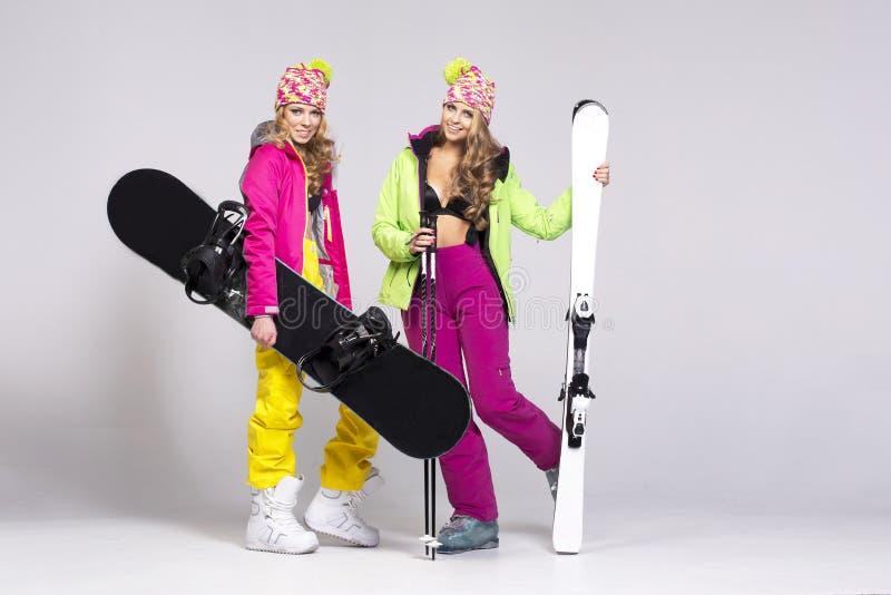 Zwei Frauen in der warmen Kleidung lizenzfreie stockfotos