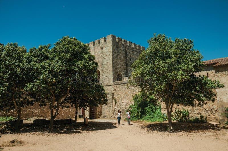Zwei Frauen, die auf Hof am Schloss von Elvas gehen stockfotografie