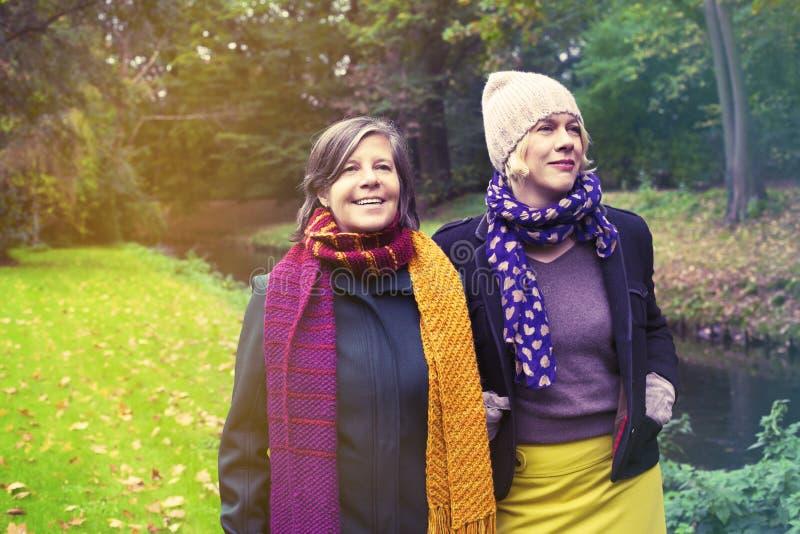 Zwei Frauen, die in den Park gehen stockbild