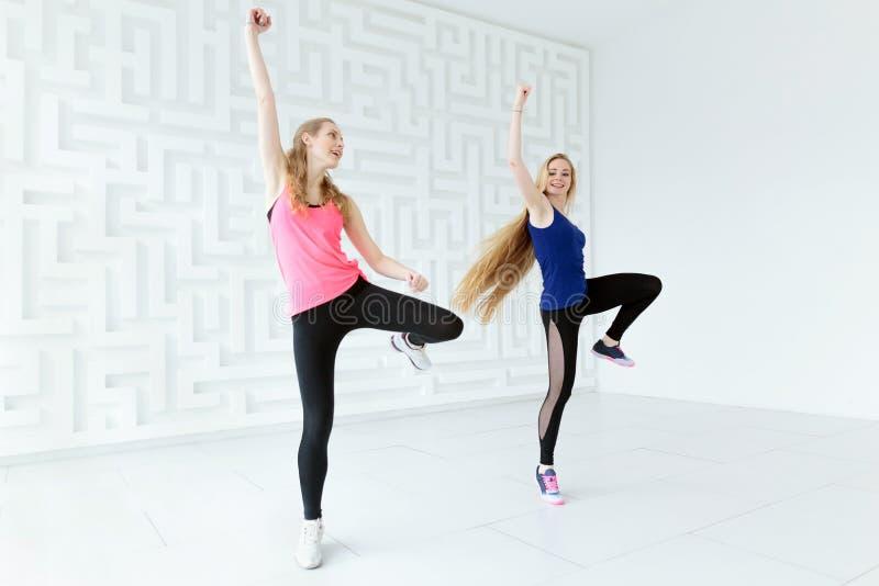 Zwei Frauen, die eine Kalorie-brennende Tanzeignungsklasse haben lizenzfreie stockbilder