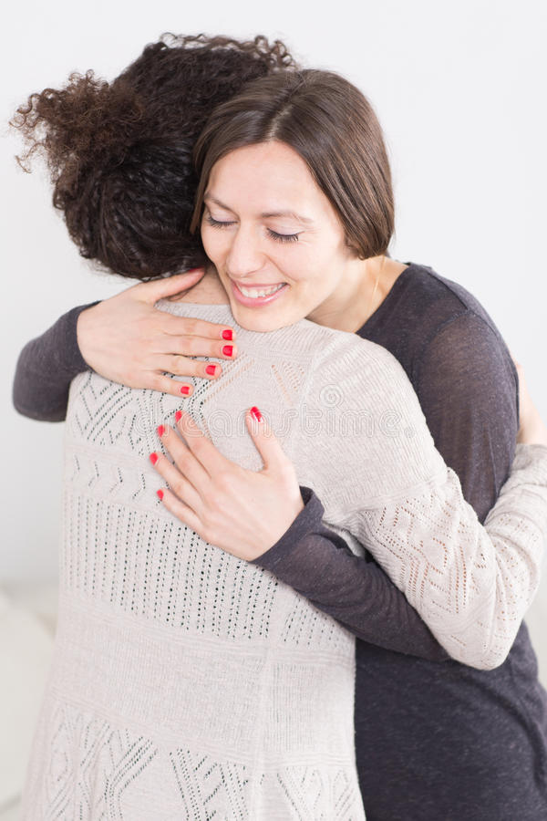 Zwei Frauen, Die Eine Umarmung Geben Stockfoto - Bild von