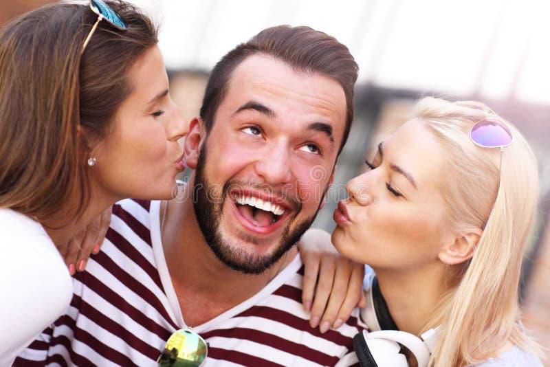 Zwei Frauen Küssen