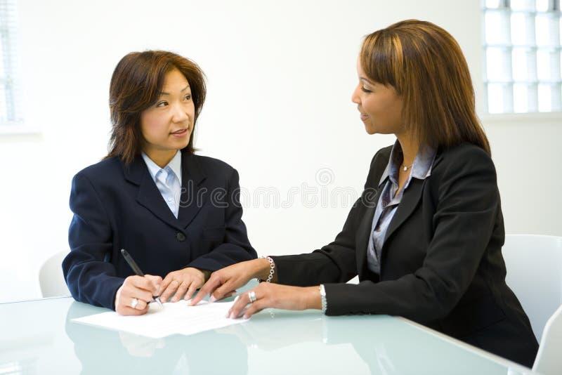 Zwei Frauen, die Geschäft sprechen