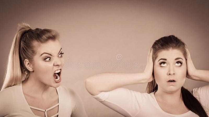 Zwei Frauen, die haben, argumentieren lizenzfreies stockfoto