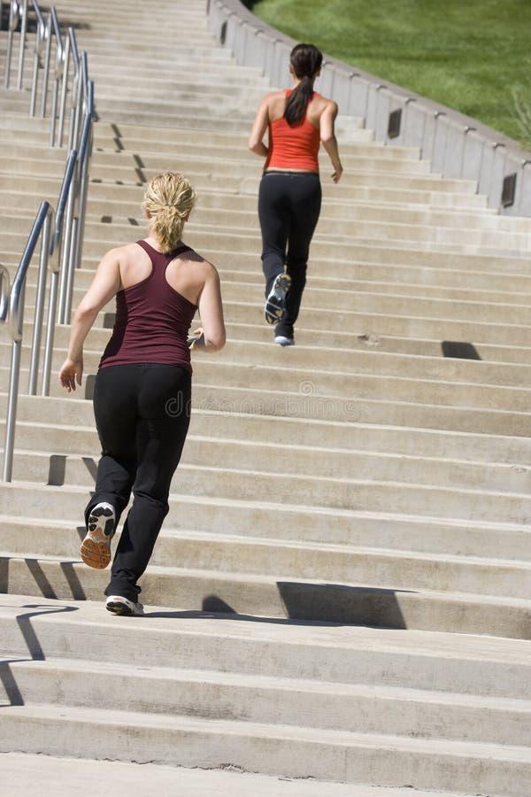 Zwei Frauen, die herauf Jobstepps rütteln stockfotos