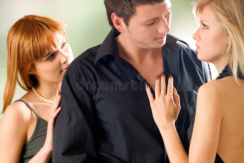 Zwei Frauen, die mit jungem Mann, draußen umfassen lizenzfreie stockfotos