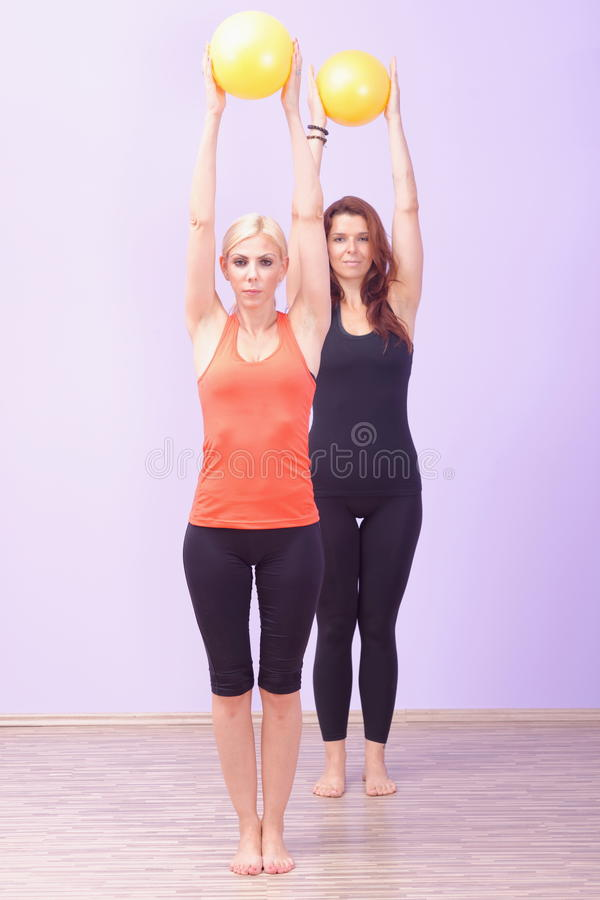 Zwei Frauen, die Pilates-Übung tun lizenzfreies stockbild