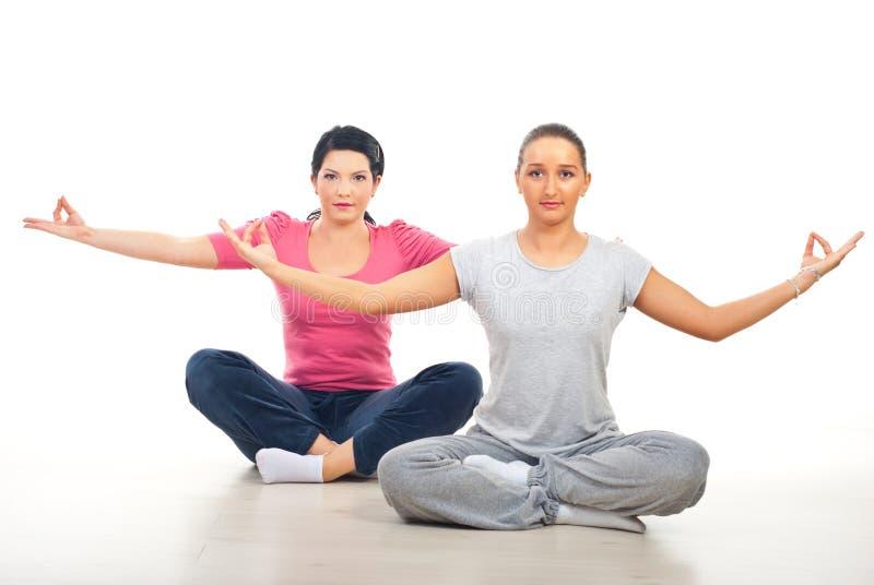 Zwei Frauen, die Yoga tun stockfoto