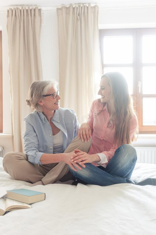 Zwei Frauen, die zusammen ihren Kleinbetrieb vom Haus beginnen lizenzfreies stockfoto
