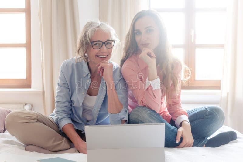 Zwei Frauen, die zusammen ihren Kleinbetrieb vom Haus beginnen lizenzfreie stockfotografie