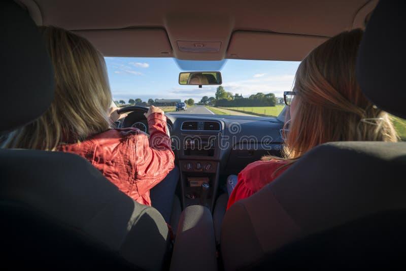 Zwei Frauen In Einem Auto Stockfoto