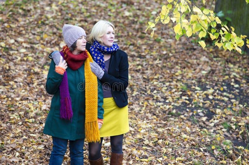 Zwei Frauen in einem Park stockfotografie