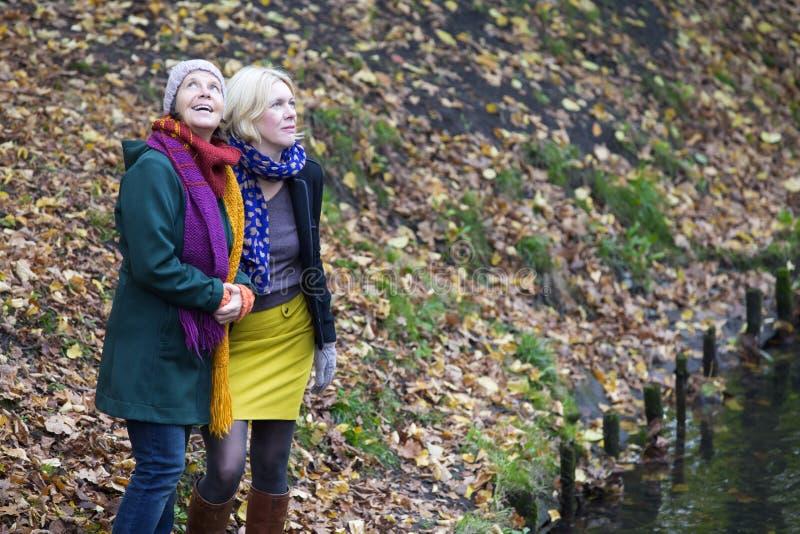 Zwei Frauen in einem Park stockfoto