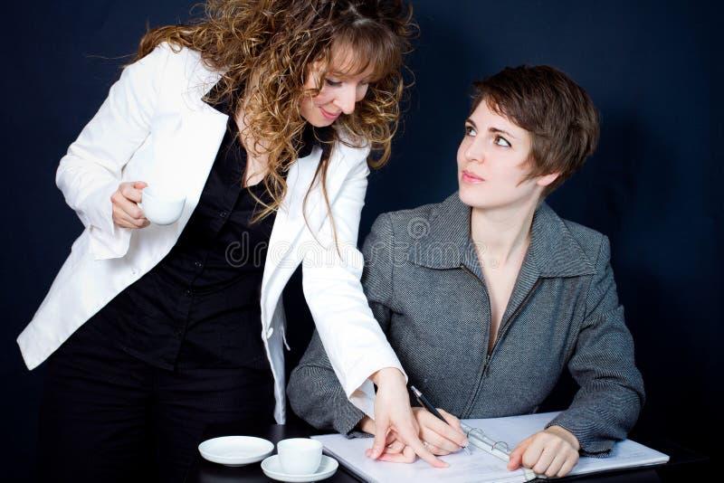 Zwei Frauen in einer Sitzung stockbilder