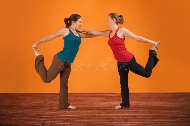 Zwei Frauen führen Yoga durch stockfotos