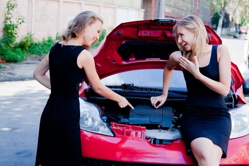 Zwei Frauen im defekten Auto stockbild