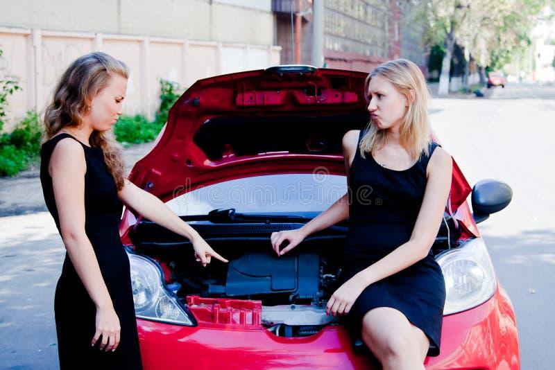 Zwei Frauen im defekten Auto lizenzfreies stockbild