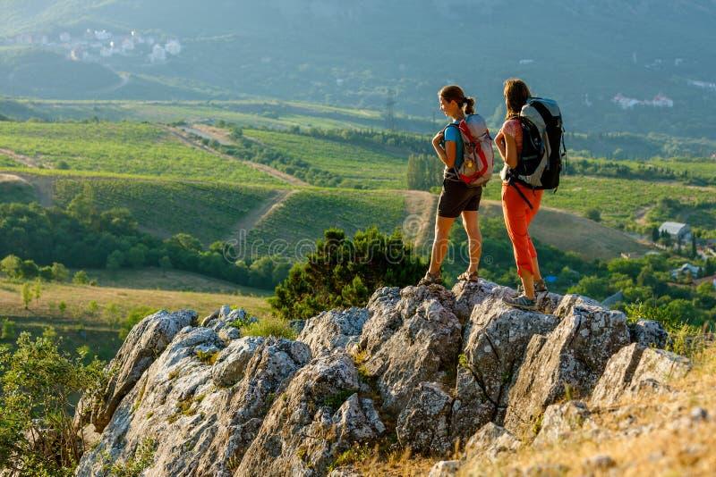 Zwei Frauen ist Trekking lizenzfreie stockfotos