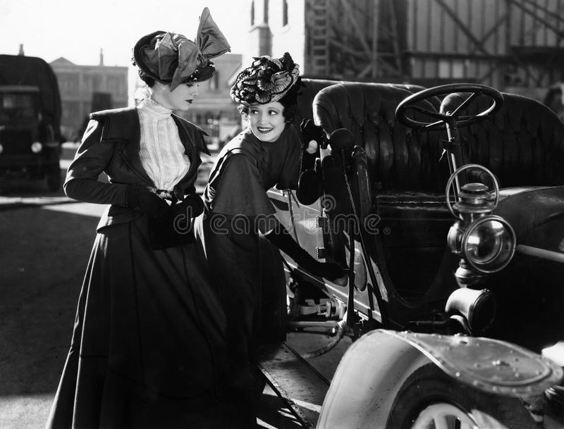 Zwei Frauen mit Auto (alle dargestellten Personen sind nicht längeres lebendes und kein Zustand existiert Lieferantengarantien, d stockbilder