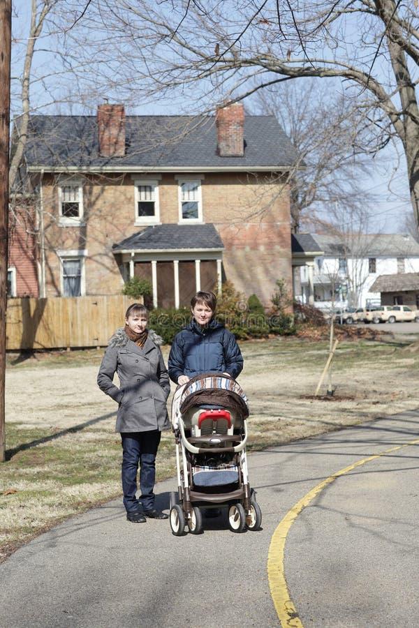 Zwei Frauen mit Kinderwagen stockfotografie