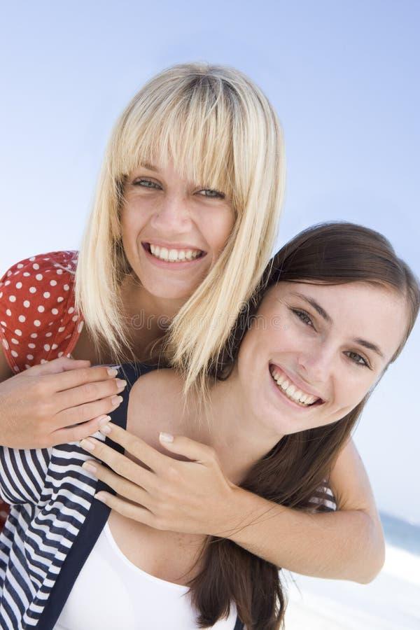 Zwei Frauen am Strandfeiertag stockbilder