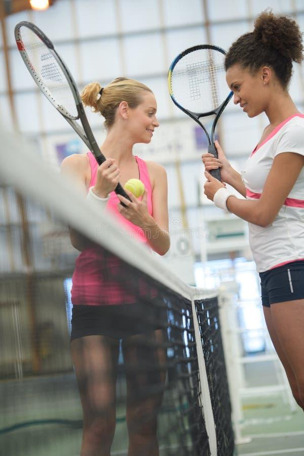 Zwei Frauen tenis Spieler, die vor Gericht sprechen stockbild