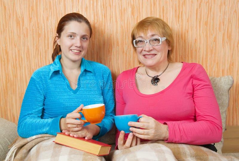 Zwei Frauen trinken Tee lizenzfreies stockfoto