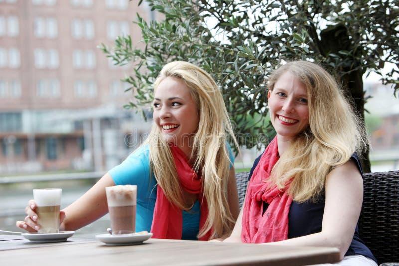 Zwei Frauen unwindng über Getränken lizenzfreies stockfoto