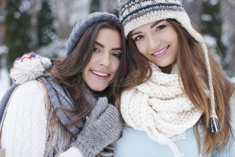 Zwei Frauen während des Winters lizenzfreies stockfoto