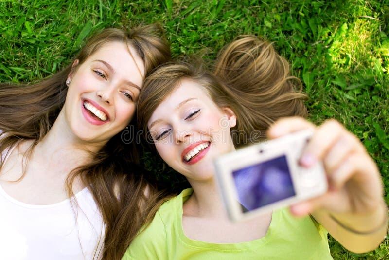 Zwei Freunde, die Fotos machen lizenzfreie stockfotos