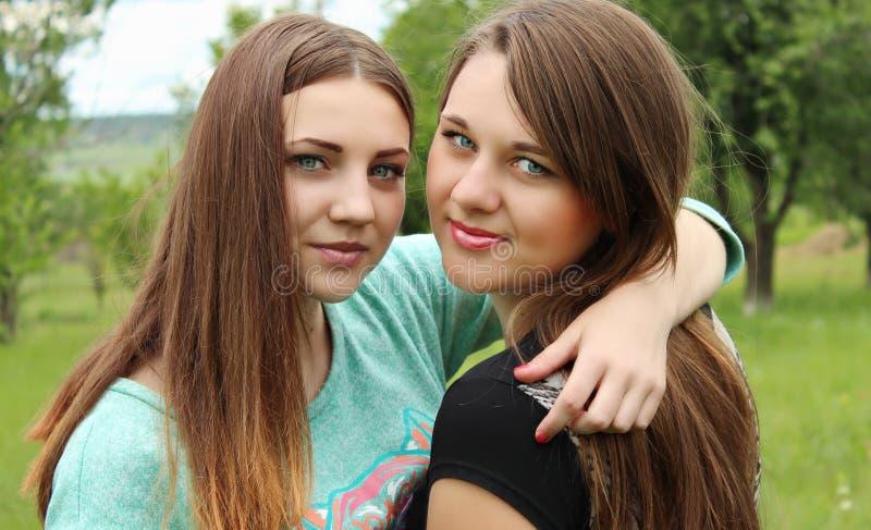 Zwei Freunde, die im Park umarmen stockfotos