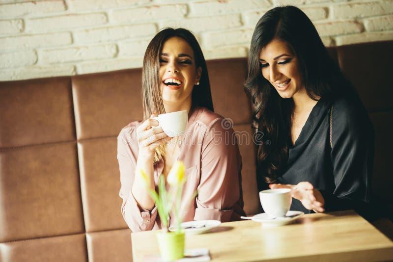 Zwei Freunde, die Kaffee sich entspannen und trinken lizenzfreie stockbilder