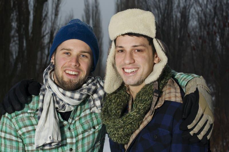 Zwei Freunde draußen lizenzfreie stockbilder