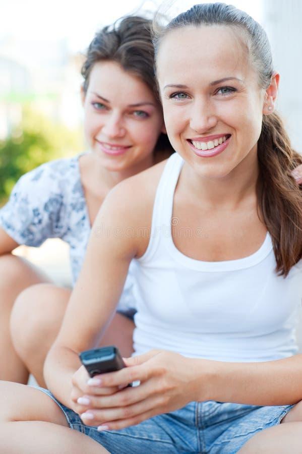 Zwei Freunde an im Freien stockbilder