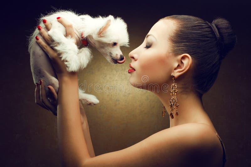 Zwei Freunde: modernes Modell mit ihrem Welpen lizenzfreie stockfotos
