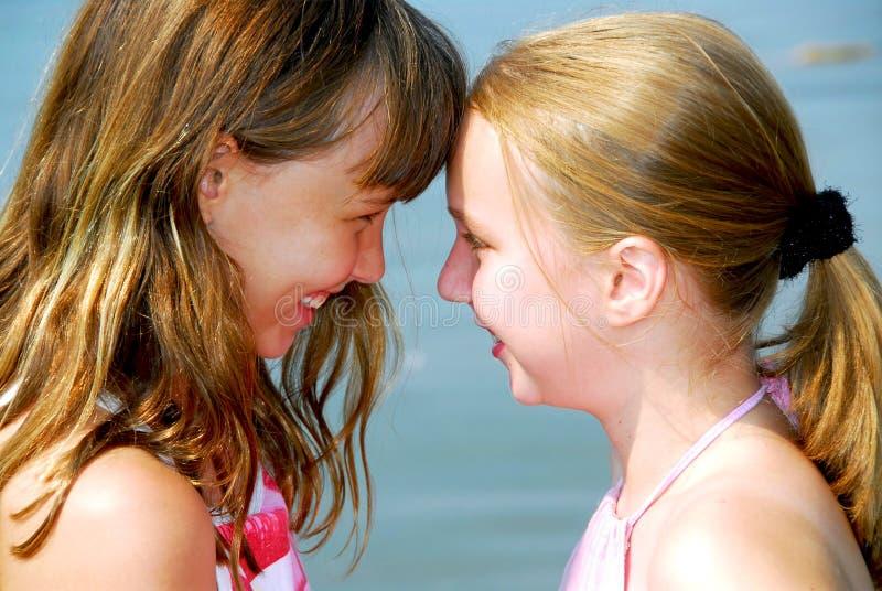 Zwei Freundinnen lizenzfreies stockbild
