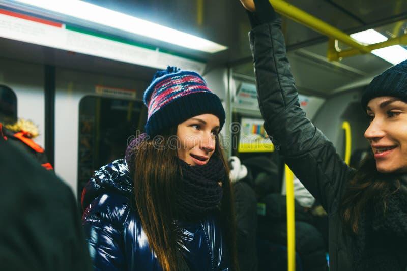 Zwei Freundinnen der jungen Frauen, die U-Bahn Stockholm Schweden sprechen stockbilder