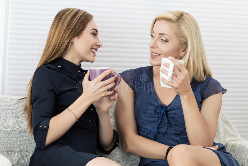 Zwei Freundinnen, die zusammen sprechen und lachen lizenzfreies stockfoto