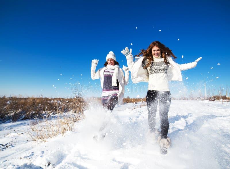 Zwei Freundinnen haben Spaß am Wintertag lizenzfreie stockfotografie