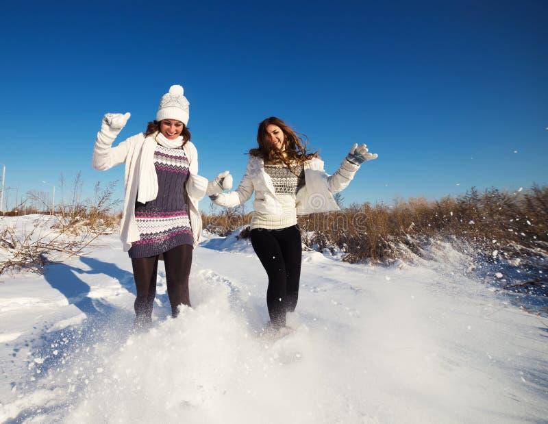Zwei Freundinnen haben Spaß am Wintertag stockfoto