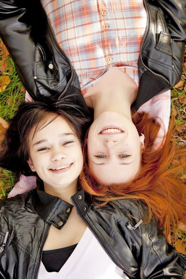 Zwei Freundinnen am Herbstpark. lizenzfreies stockbild
