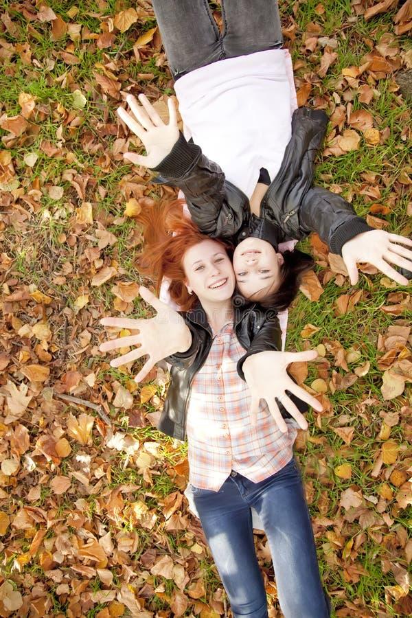 Zwei Freundinnen am Herbstpark. lizenzfreies stockfoto