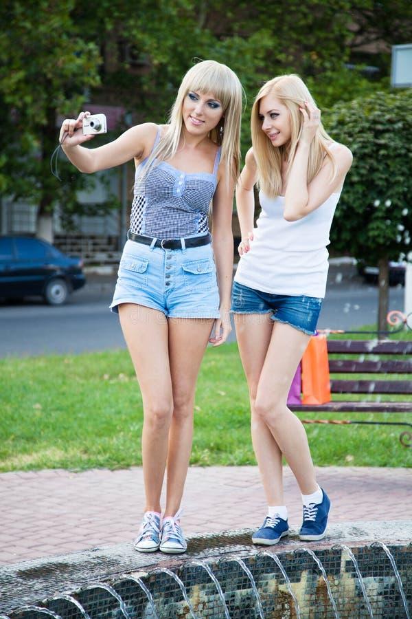 Zwei Freundinnen mit einer Fotokamera stockfoto