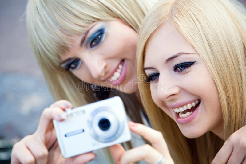 Zwei Freundinnen mit einer Fotokamera stockfotografie
