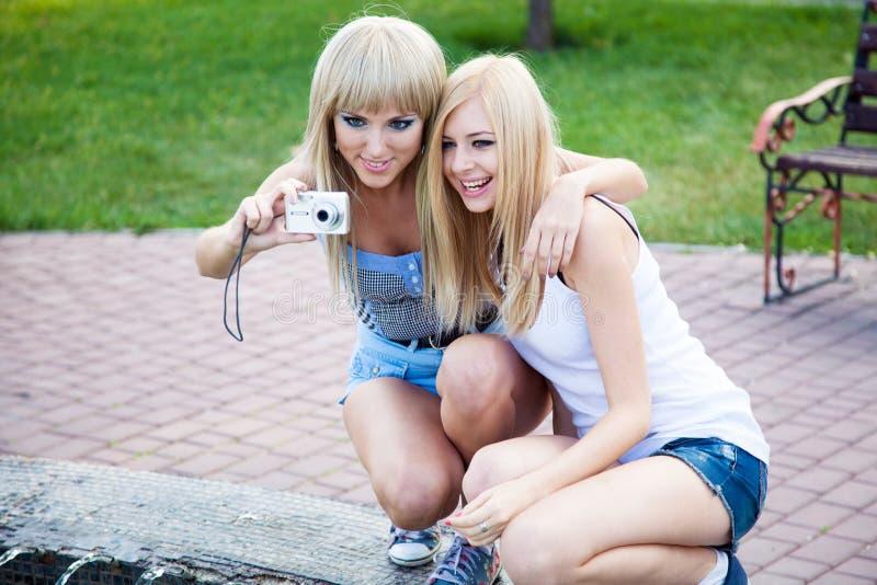 Zwei Freundinnen mit einer Fotokamera lizenzfreies stockfoto