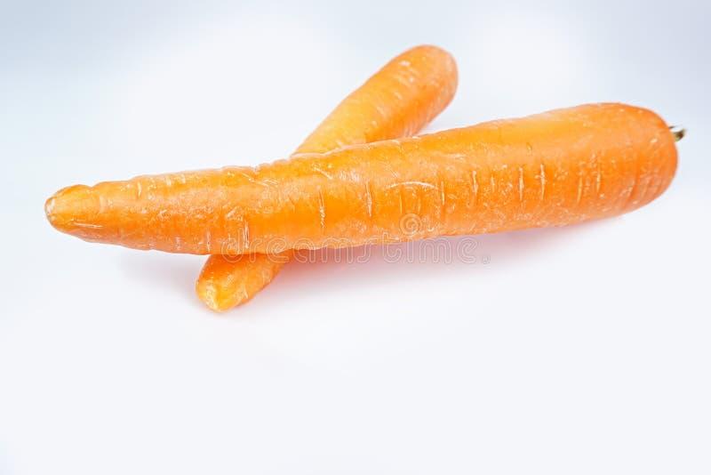 Zwei frische Karotten lokalisiert auf wei?em Hintergrund lizenzfreies stockbild
