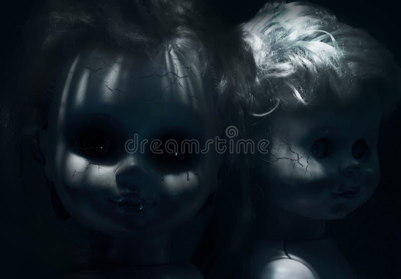Zwei furchtsamer Plastikgebrochene Puppen lizenzfreie stockfotos